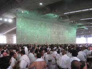 10 Dhul-Hijjah adalah puncak haji. Ada tiga amalan pada Yaumu-Nahr itu di Mina; lempar jumrah aqobah, menyembelih dam/qurban, cukur gundul