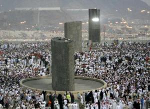 Jamaah haji melempar Jumrah Aqobah waktu dhuha di Mina 10 Dhul-Hijjah