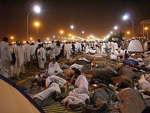 Jamaah haji mabit / bermalam di Muzdalifa dan mengumpulkan kerikil untuk lempar Jumrah besok pagi di Mina